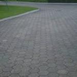 Polaganje tlakovcev na asfalt ni enostavno, kljub temu, da je podlaga že utrjena
